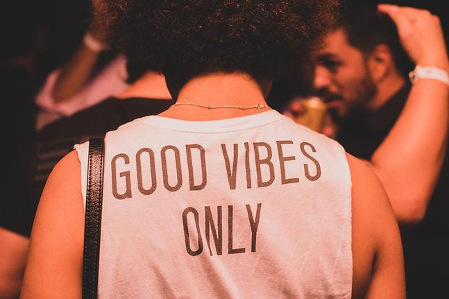 Camiseta good vibes only