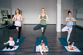 Junge Mütter, die Yoga praktizieren