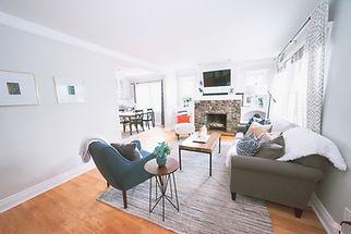 Acogedora sala de estar con chimenea