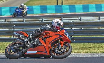 オレンジ色のオートバイ