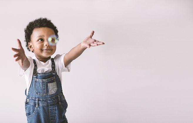 Criança brincando com bolha