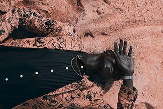 Sdraiato sulla sabbia