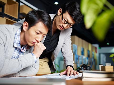 Trabalhadores de escritório focados