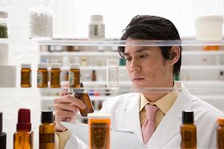 薬をチェックする薬剤師