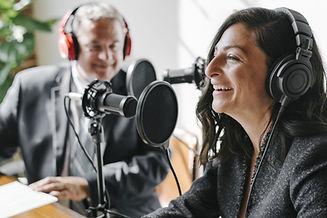 Un hombre y una mujer participando en un programa de radio.