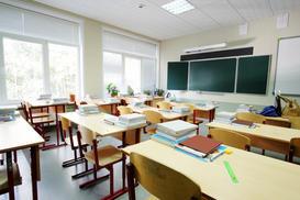 Aula sin alumnos