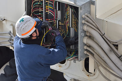 配電盤で作業中の電気工事士