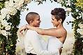 Paare umarmen sich