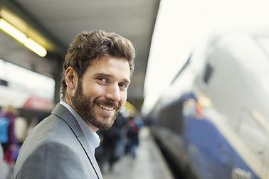 Homme qui attend le train