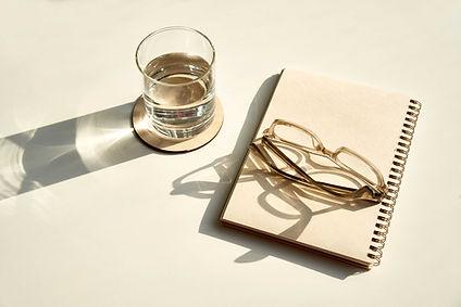 Glasögon och anteckningsbok