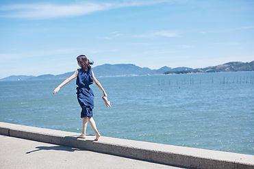 海辺を歩く女性