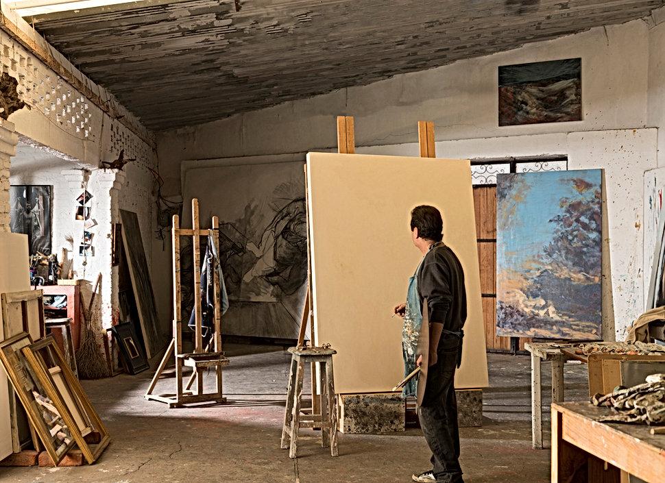 Artista nel suo studio