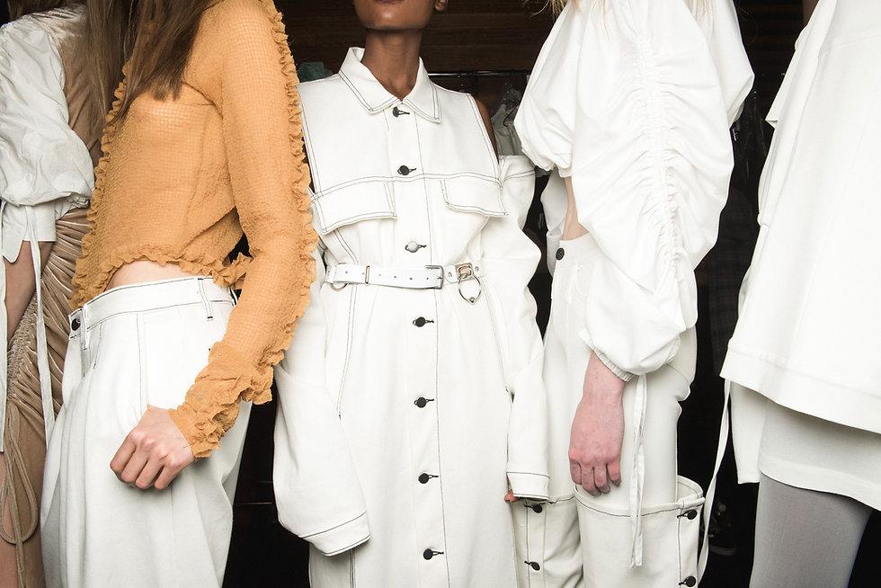 In Weiß gekleidet