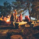 Am Lagerfeuer sitzen
