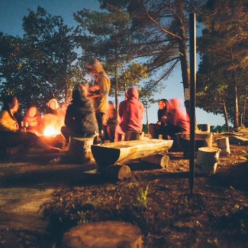 Assis devant un feu de camp