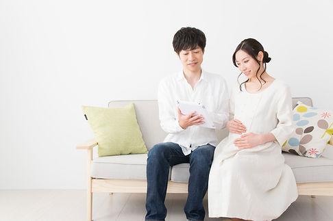 妊娠中の女性と夫