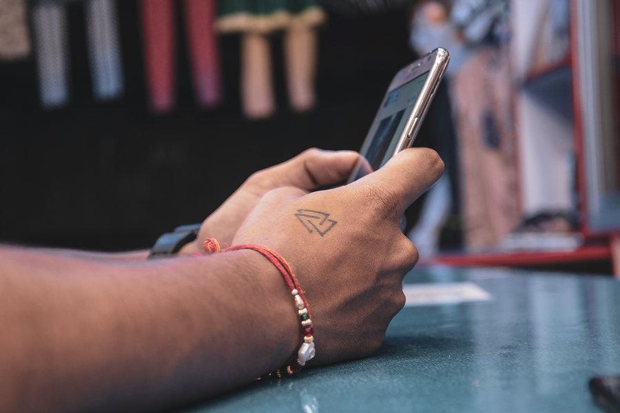 Hombre navegando en su celular