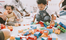 Bambini che giocano con Lego