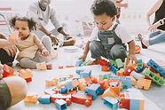 Crianças brincando com Lego
