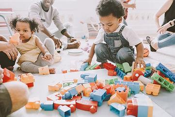 Děti si hrají s Legem