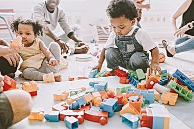 Dzieci bawiące się klockami Lego