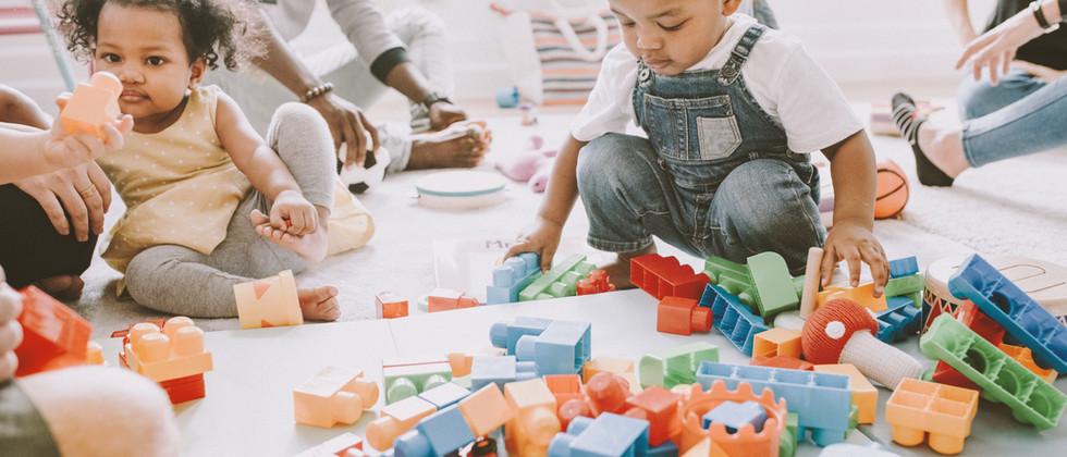 Enfants jouant avec Lego