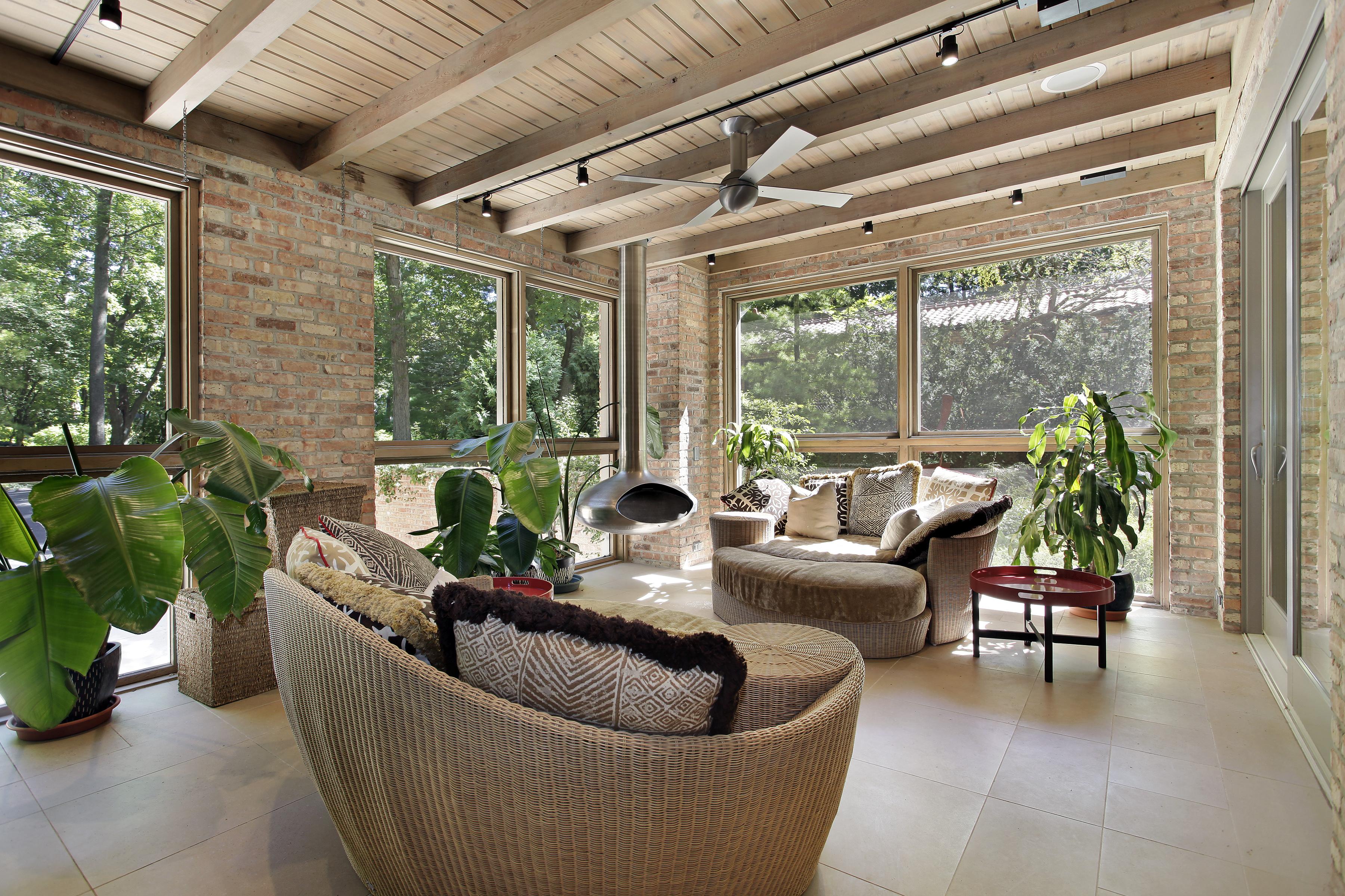 Sunroom con mobili in vimini