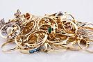 Pilha de jóias de ouro