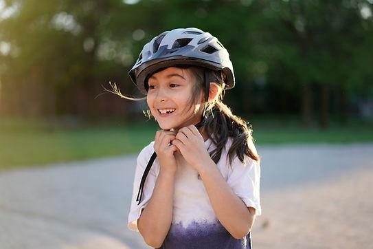 Menina com capacete