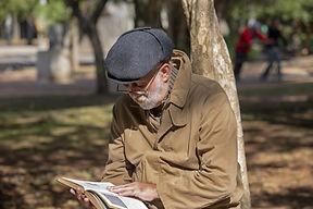Idoso lendo um livro