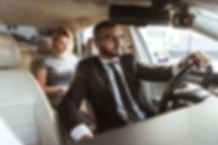 Chauffeur privé conduisant une femme