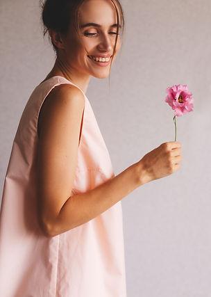 Femme tenant fleur