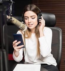 Eine junge Frau in einem Aufnahmestudio