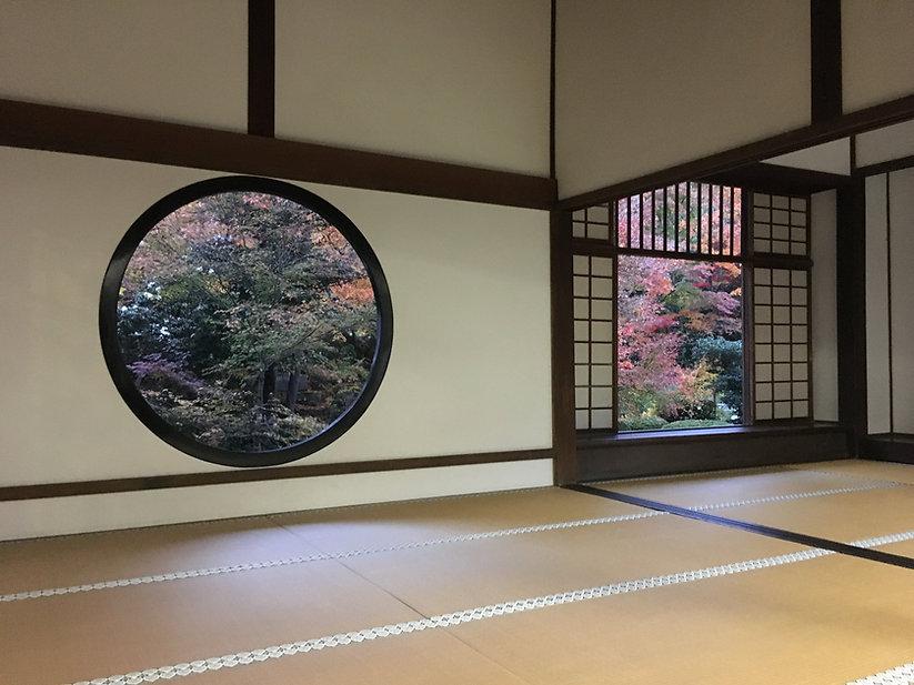窓から臨む紅葉