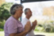 Äldre par mediterar