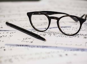 Brille und Notenblatt