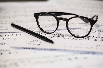 Occhiali e foglio di musica