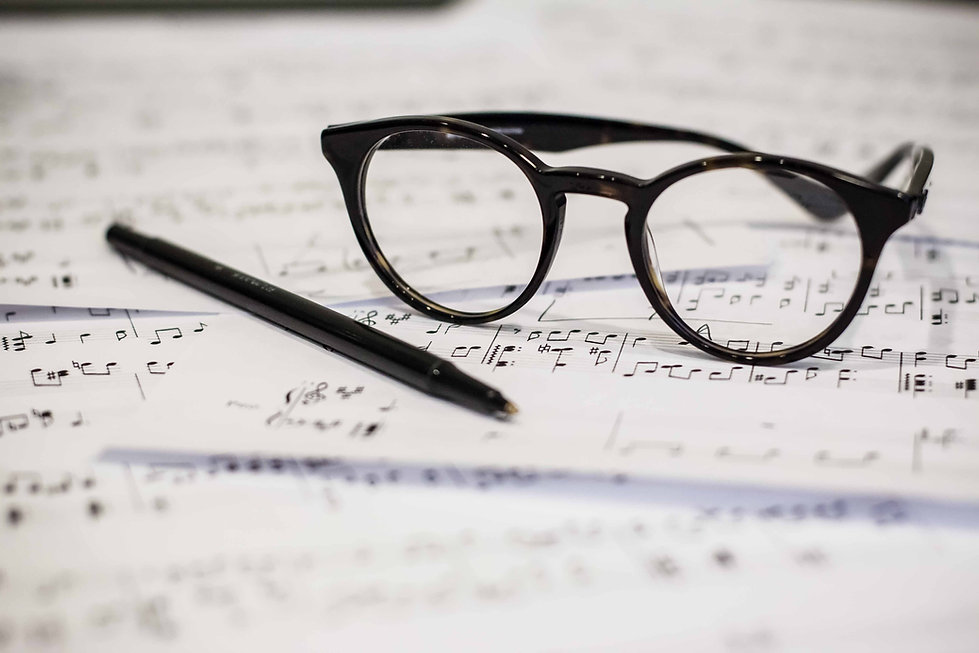 Óculos e partituras
