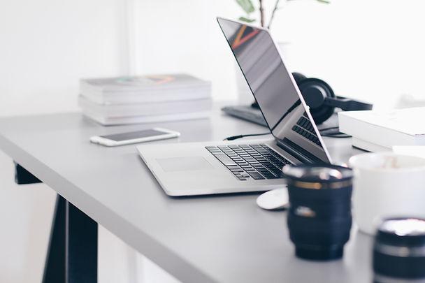 Skrivbord med bärbar dator