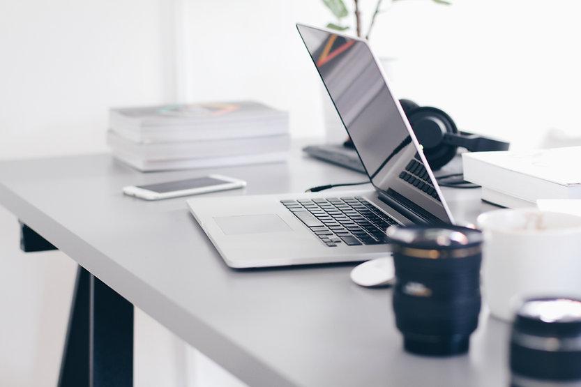 デスク上のノートパソコン