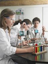 travaillant en laboratoire