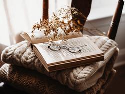 Lunettes de lecture sur livre