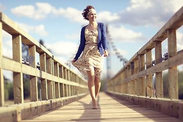 Frau auf einer Brücke