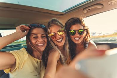 Uśmiechnięte dziewczyny w samochodzie