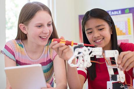 Mädchen, die Roboter errichten