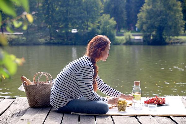 Piquenique à beira do lago