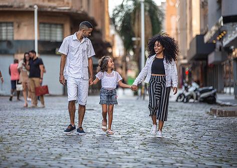 Casal passeando com filha