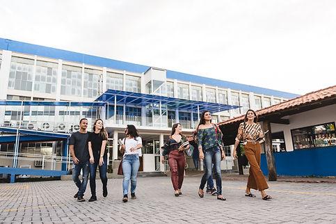 Jovens no campus