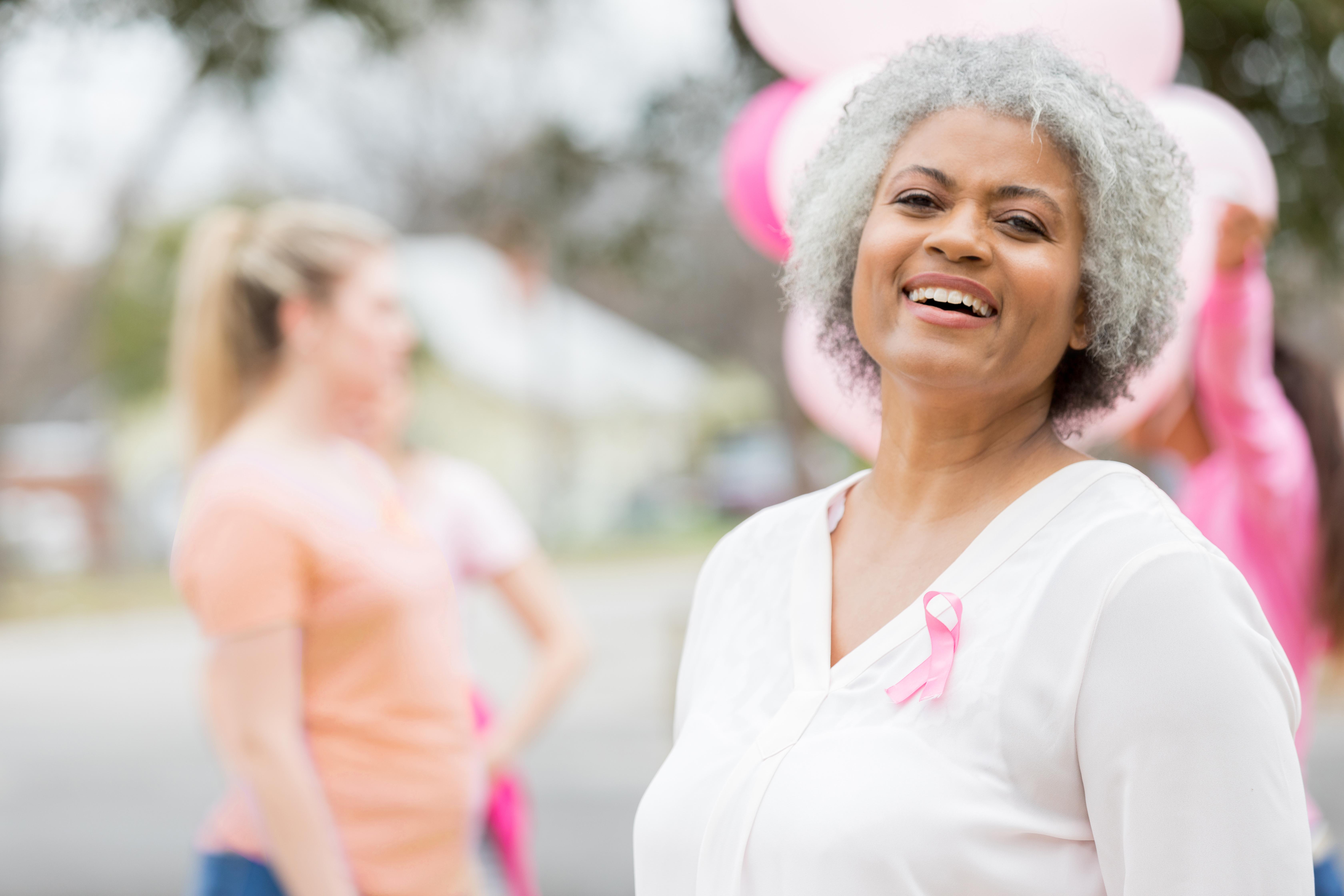 Kvinde med lyserødt bånd