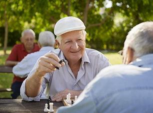Senior hommes jouant aux échecs